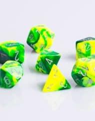 Polydice 7 Dobbelstenenset Gemêleerd Groen Geel met Zilver RPG DICE